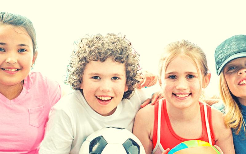 4 blije actieve kinderen